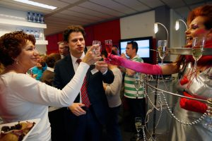 De Champagnière in actie - champagne klinken op een feestelijke happening